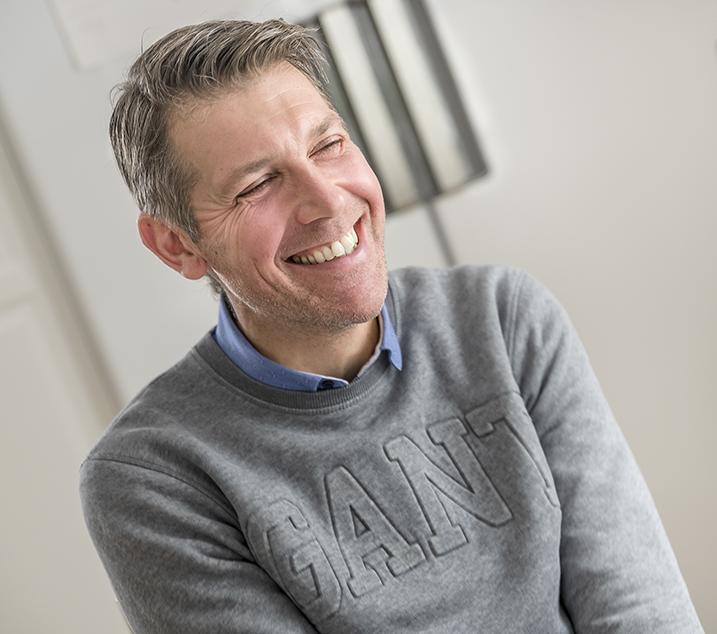 Bild på en leende Fredrik Hasselberg.