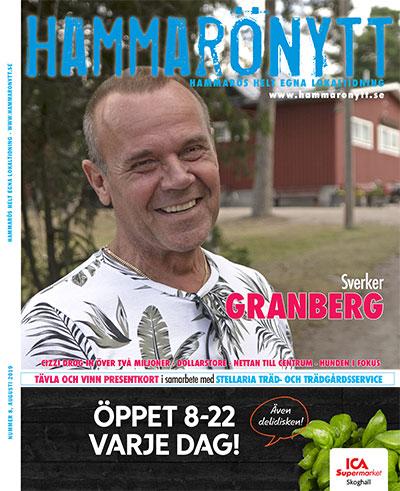 Bild av Hammarönytt augusti 2019. Sverker Granberg ler mot kameran. Kilenegården i bakgrunden.