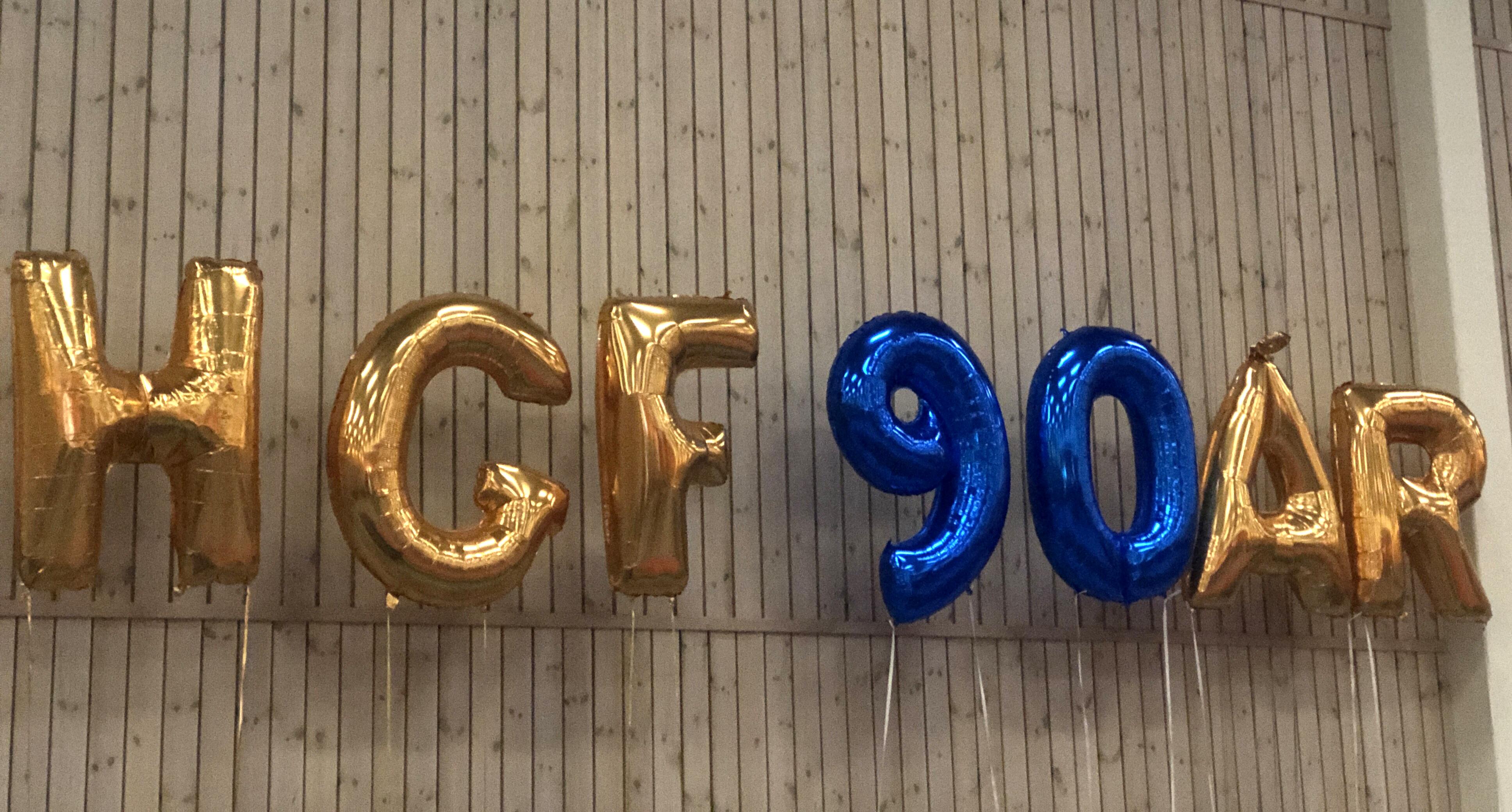 Bokstavsballonger bildar HGF 90 ÅR. Hammarö Gymnastikförening firar 90 år med stor jubileums show.