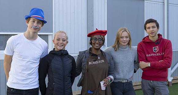 Ella Ekenberg, Axel Parsberg, lärarinnan Francine Vestberg, Marcus Bratt och Edit Stefansson som anordnade språkcaféet den 26 september. Bilden tagen utomhus.