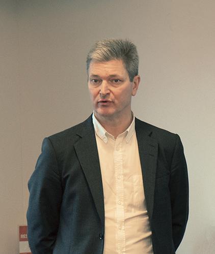 Bild från presskonferensen. Bild 2: Bosse Henriksson och Per-Samuel Nisser framför whiteboardtavlan. Bild 3: Erik Kornfeld, porträtt.