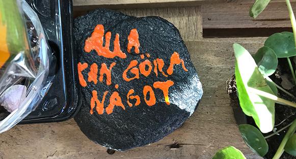 """En sten med texten """"Alla kan göra något"""""""