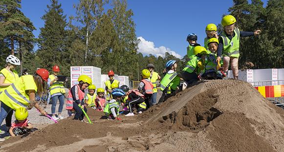 Första spadtagen på Mörmoskogens förskola gjord.