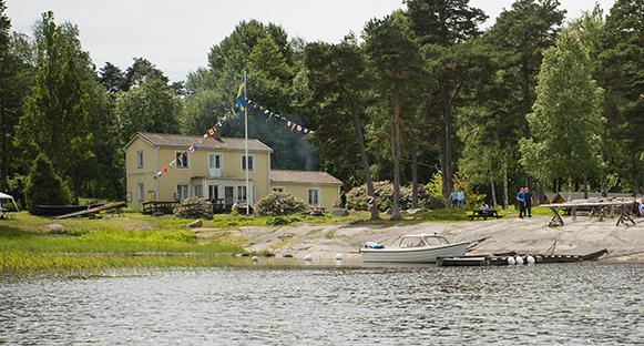 Skärgårdsmuseet på Hammarö sett från sjösidan.