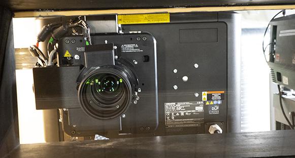 Så här ser projektorn ut sedd från biosalongen.