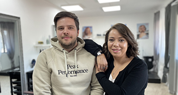 Alexsandar Petrovic och Meryem Elaissaoui är jobbarkompisar på Hammarbutiken.